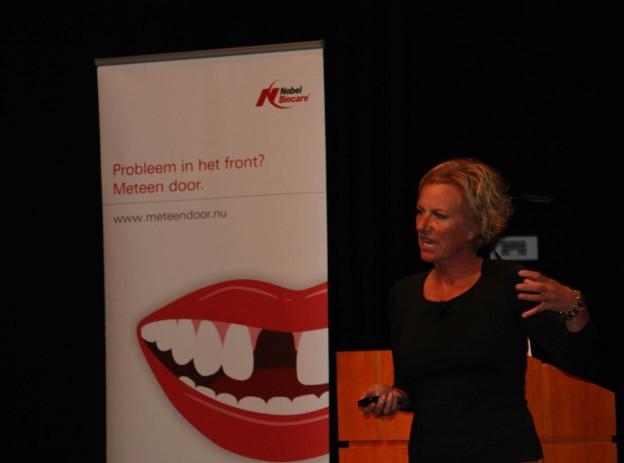 Implantoloog Edith Groenendijk tijdens de bijeenkomst 11-oktober in het Louwan Museuem in Wassenaar.